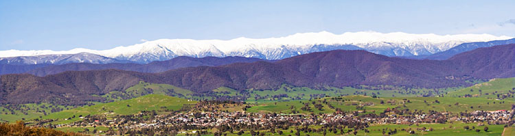 Corryong township in front of Snowy Moutains